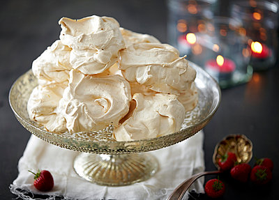 Dish of meringues with fresh strawberries - p429m941130 by Debby Lewis-Harrison