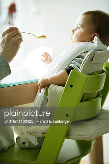 Baby wird gefüttert, 7 Monate - p1316m1160423 von Harald Eisenberger