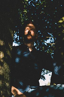 Mann sitzt im Baum - p1491m1582684 von Jessica Prautzsch