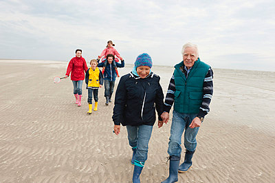 Germany, St. Peter-Ording, North Sea, Family  walking on beach - p30017860f by Westend61