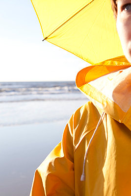 Woman with yellow raincoat - p4540913 by Lubitz + Dorner