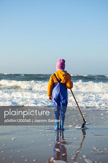 Kind am Meer - p045m1200340 von Jasmin Sander