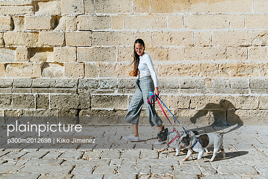 Young woman with her two dogs - p300m2012698 von Kiko Jimenez