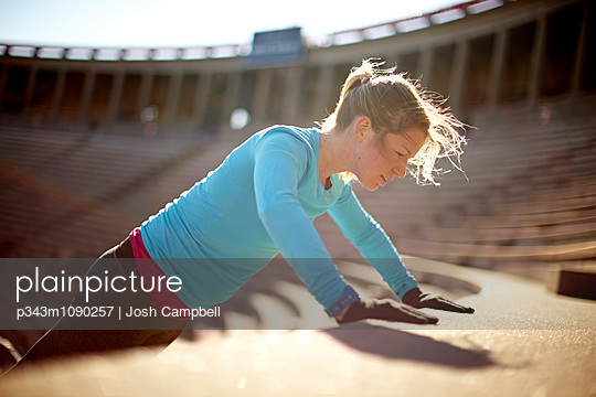 Working out on the stairs of the Harvard University Stadium - p343m1090257 by Josh Campbell