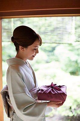 Young Japanese woman wearing traditional kimono - p307m2135279 by Yosuke Tanaka