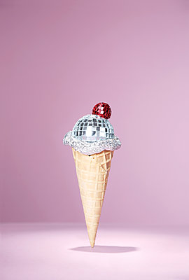 Mirror ball placed on ice cream cone - p237m2277988 by Thordis Rüggeberg