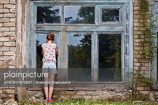 Mädchen bei einer Ruine - p1412m1572697 von Svetlana Shemeleva