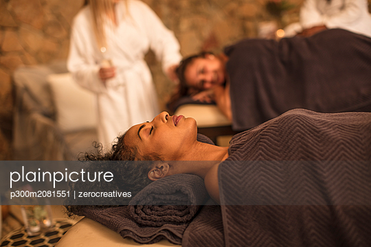Woman relaxing on lounge in a spa - p300m2081551 by zerocreatives