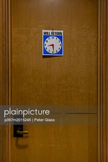 Hinweis an der Tür, Zurück um 8 Uhr dreißig - p397m2015245 von Peter Glass