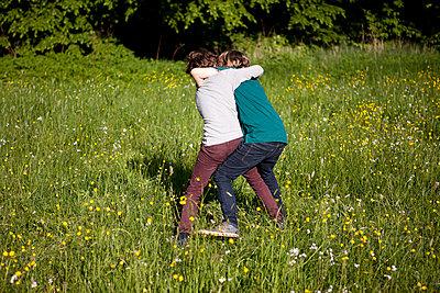Zwei Freunde kämpfen im Park - p1195m1138144 von Kathrin Brunnhofer