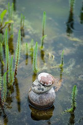 Steinhaufen im Wasser - p1273m1183411 von melanka
