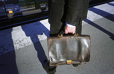 Man carrying briefcase - p1418m1571415 by Jan Håkan Dahlström