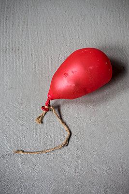 Deflated balloon - p1621m2278164 by Anke Doerschlen