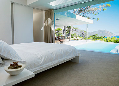Schlafzimmer mit Glasfassade in einem modernen Wohnhaus - p6416904f von Chris Ryan