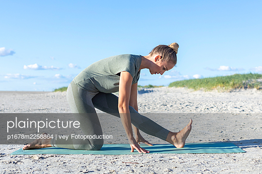 Yoga at the beach - p1678m2258864 by vey Fotoproduction