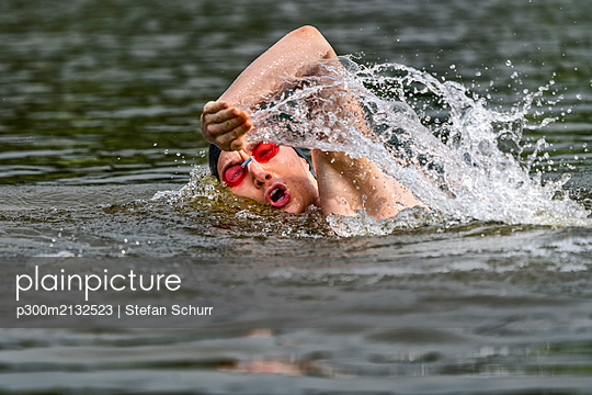 Young triathlete swimming in a lake - p300m2132523 by Stefan Schurr