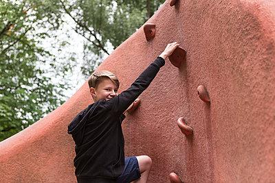 Kind beim klettern - p1222m1154561 von Jérome Gerull