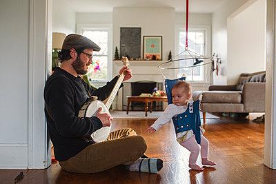 Papa spielt Banjo - p1361m1332839 von Suzanne Gipson