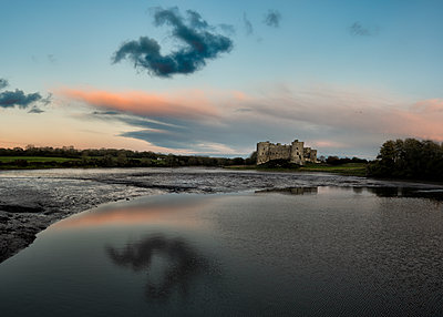 United Kingdom, Wales, Pembrokeshire, Carew Castle and Carew River in the evening - p300m2068887 by Alun Richardson