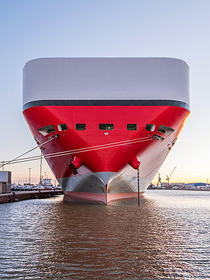 Autotransporter im Hafen  - p390m1563817 von Frank Herfort