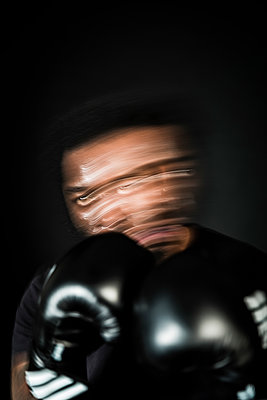 Moving portrait of a boxer fighting on the ring - p590m1516109 by Philippe Dureuil