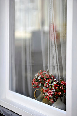 Kunstblumensträuße im Fenster - p949m856253 von Frauke Schumann