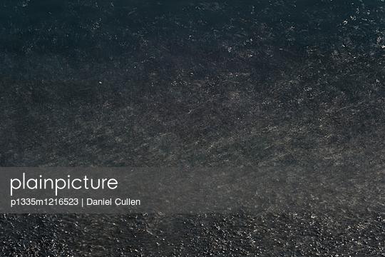 Dunkles Wasser - p1335m1216523 von Daniel Cullen
