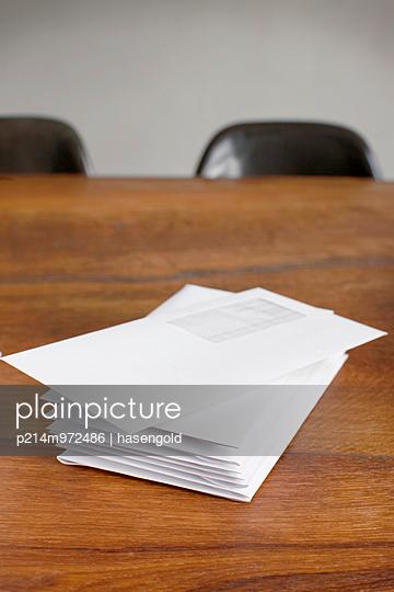 Post auf dem Tisch - p214m972486 von hasengold