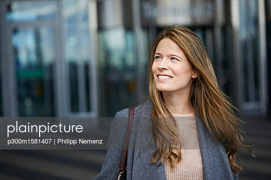 Portrait of confident businesswoman - p300m1581407 von Philipp Nemenz