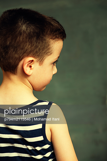Rear view of little boy looking away  - p794m2115546 by Mohamad Itani