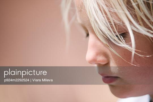 Canada, Ontario, Kingston, Close-up of blonde boy (8-9) - p924m2292524 by Viara Mileva