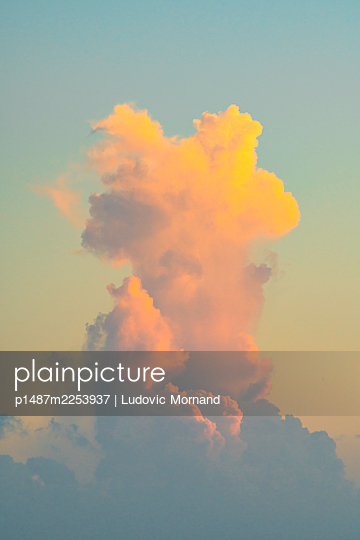 Cloudscape looking like an explosion in the sky - p1487m2253937 by Ludovic Mornand