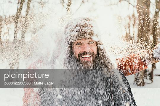 snow fun couple berlin germany - p300m2286900 von Malte Jäger