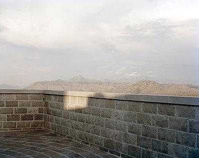 Terrasse mit Landschaftsblick - p1409m1465888 von margaret dearing