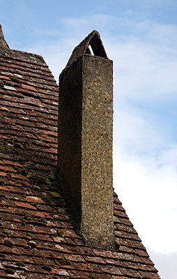 Schornstein mit kleinem Dach - p260m918283 von Frank Dan Hofacker