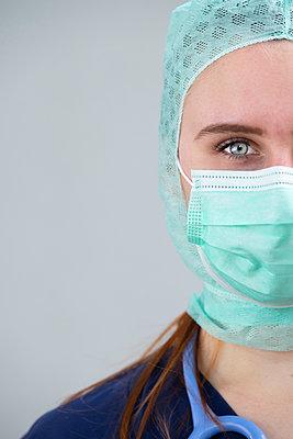 Junge Ärztin mit Stethoskop und Mundschutz - p299m1586009 von Silke Heyer
