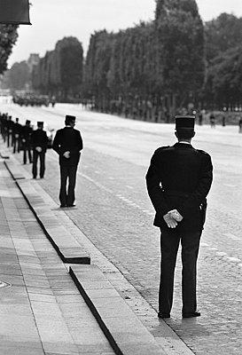 France, Paris, Champs Elysees, parade - p300m879483 by Tom Hoenig