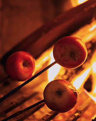 Grilling apples. - p31215543f by Mikael Dubois