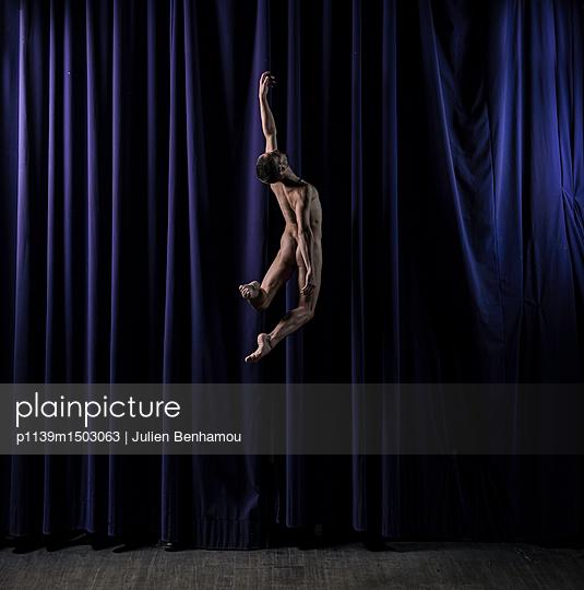 Naked male dancer cutting a caper - p1139m1503063 by Julien Benhamou