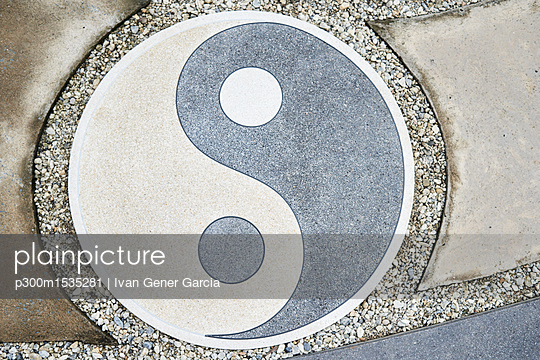 plainpicture | Photo library for authentic images - plainpicture p300m1535281 - Yin Yang symbol on the floor - plainpicture/Westend61/Ivan Gener Garcia