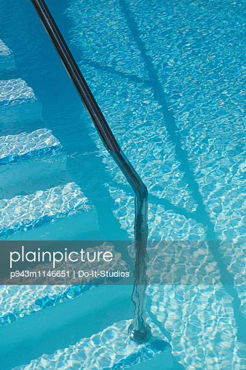 Swimmingpool - p943m1146651 von Do-It-Studios