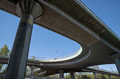 Straßenbrücke in Froschperspektive - p1684m2280968 von Klaus Ohlenschlaeger