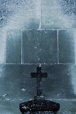 Grabstein mit Kreuz - p415m698226 von Tanja Luther