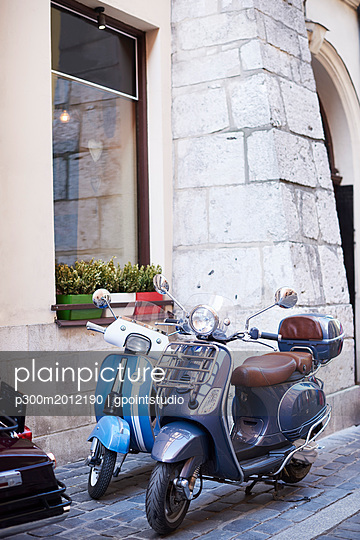 Two old motor scooters parking in front of a house - p300m2012190 von gpointstudio