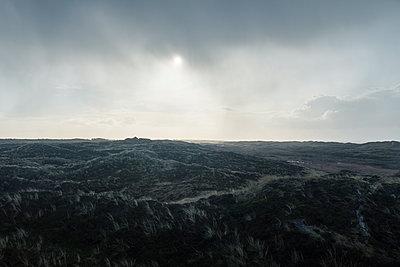 Bedeckter Himmel über Dünenlandschaft - p1046m1220974 von Moritz Küstner