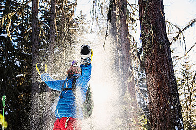 Skier celebrating in snow - p429m1519421 by Guido Cavallini