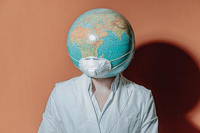 Ärztin mit Maske - p750m2168489 von Silveri