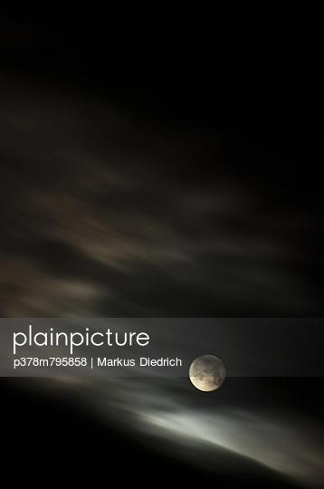 Moon behind blurred clouds - p378m795858 by Markus Diedrich