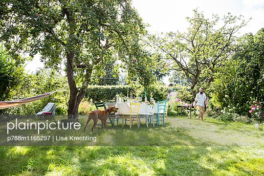 Gedeckter Tisch im Garten - p788m1165297 von Lisa Krechting
