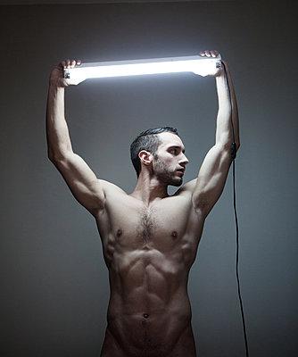 Muskulöser junger Mann - p1081m1133452 von Cédric Roulliat